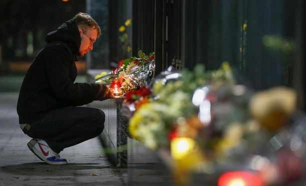 Ukrainalaiset jättivät lauantaina Kiovassa kukkia Venäjän suurlähetystön edustalle tuhoisan lentoturman uhrien kunniaksi.