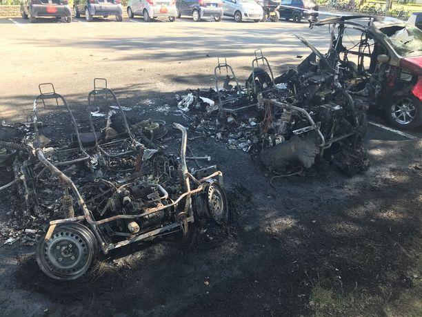 Kahdesta mopoautosta jäi vain kasa metallia.