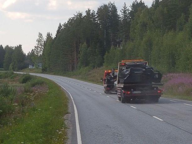 Turma-autot vaurioituivat rajussa törmäyksessä pahoin.