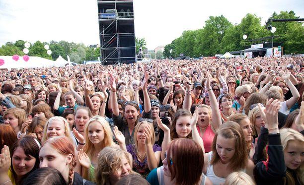 Kaisaniemen puisto on osoittautunut ilmaiskonserteille liian ahtaaksi. Vuonna 2012 Maailma kylässä -tapahtuma aiheutti myös yleisöryntäyksen.