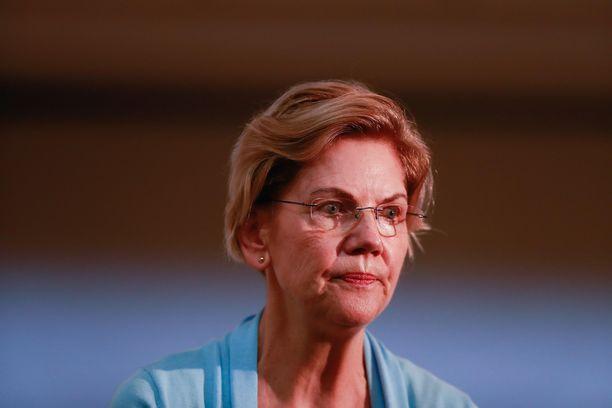 Elizabeth Warrenia ei hymyilyttäne tiistain esivaalitulosten jälkeen.