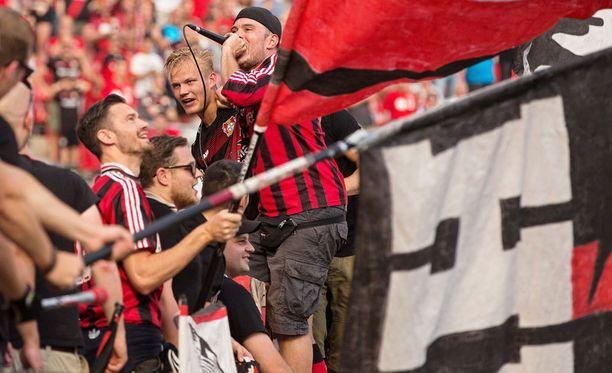 Joel Pohjanpalo pääsi juhlimaan Leverkusen-fanien päätyyn.