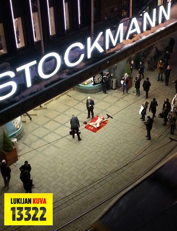 Alaston mies makasi kadulla Helsingin ydinkeskussa sijaitsevan Stockmannin edessä