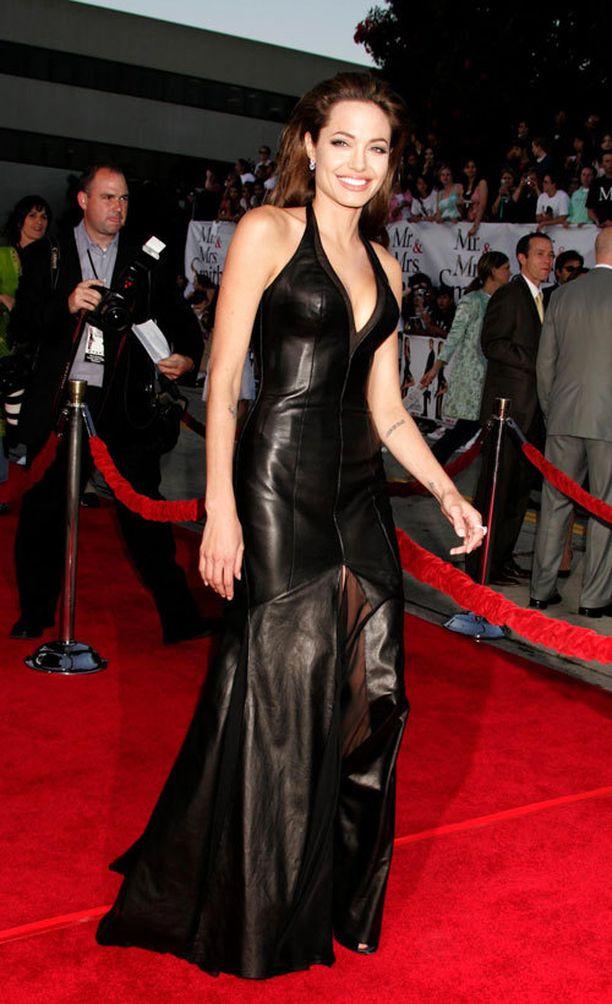 Mr. and Mrs. Smith -elokuvan ensi-illassa nähty Versacen nahka-asu istui Angelinan päälle kuin hansikas.
