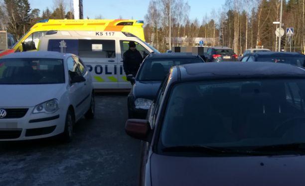 Poliisi jututti tapahtuman osapuolia läheisen huoltoaseman pihamaalla.