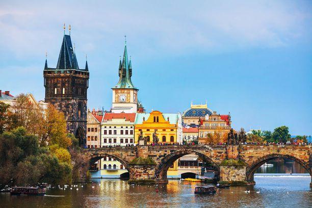 Prahan halki virtaa Vltavajoki. Nähtävää riittää joen molemmilla puolilla.