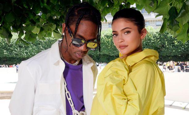 Jennerin ja Scottin tapailu oli kestänyt vain kolme viikkoa, kun Jenner tuli raskaaksi. Stormi-tytär on nyt vuoden ikäinen.