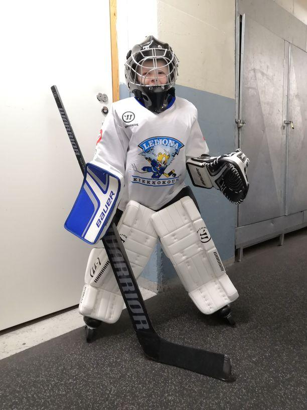 Mirella Virkkulaa palkitsee hänen 6-vuotiaan poikansa silmien iloinen tuike, kun tämä pääsee toteuttamaan intohimoaan jääkiekkomaalivahtina.