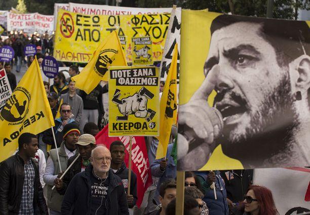 Fasismin vastustajat osoittivat mieltään Ateenassa oikeudenkäynnin alkaessa.