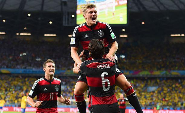 Miroslav Klose (vas.) Toni Kroos ja Sami Khedira nettoaisivat MM-kullasta 300 000 euroa.