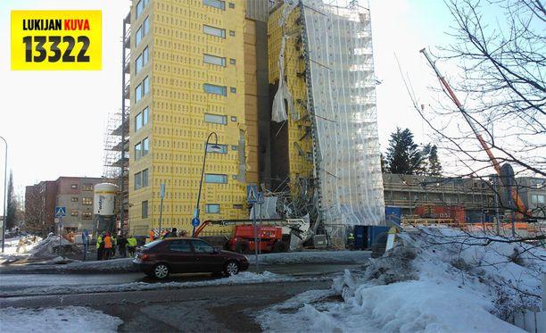 Rakennustelineet romahtivat maanantaina vaarallisesti Vantaalla.