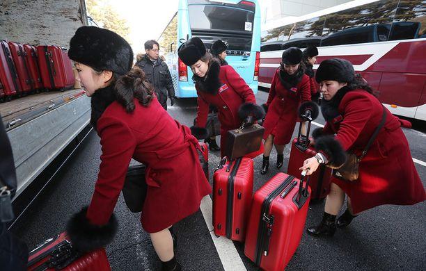 Kannustusjoukot kuljettiin busseilla Pyeongchangiin.