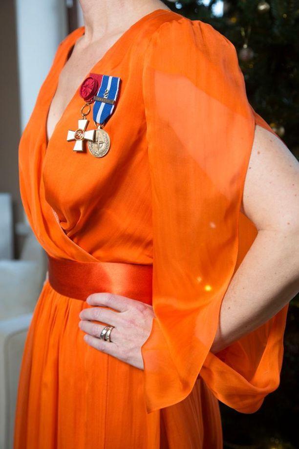Janinan suunnitteleman puvun jujuna ovat kepeät hihat, jotka tuovat kuitenkin ihon kauniisti esiin.