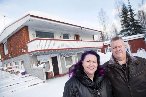 Heli ja Aki Palsanmäen kodin portin takana käy kiireisimpinä aikoina jopa sata ihmistä päivässä.