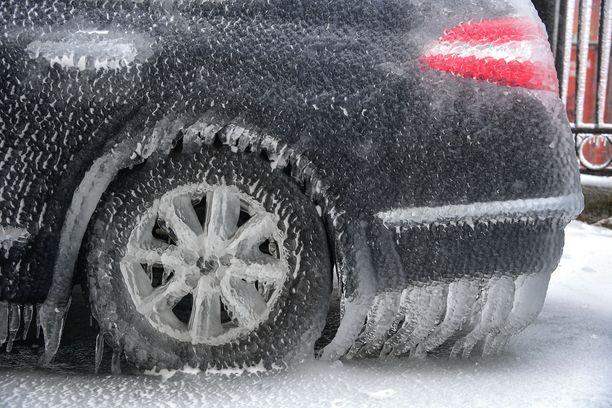 Ulkona olevat autot ovat saaneet jääkuorrutuksen 600 000 asukkaan Vladivostokissa.