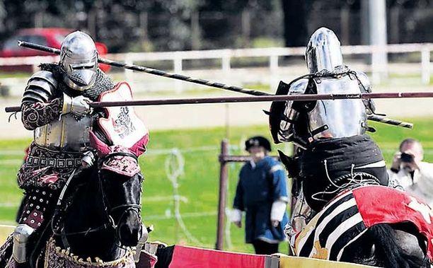 Kova koitos Aikuiset miehet eläytyivät keskiaikaan ja innostuivat leikkimään ritareita Australian Sydneyssä järjestetyillä Ironfist-festivaaleilla.