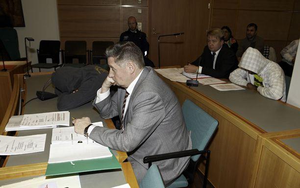 Jyväskylän elokuisen puukotuksen oikeudenkäynti alkoi keskiviikkoaamuna Keski-Suomen käräjäoikeudessa. Syytettynä on kaksi miestä. Toista syytetään taposta ja toista avunannosta, koska hän oli antanut aseen tekijälle.