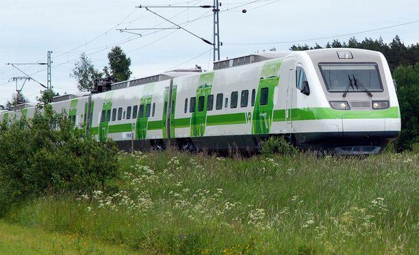 Junavuoroja on jouduttu perjantaina perumaan.