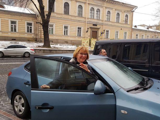 Irina Dovgan oli matkalla lentokentälle ja Haagiin, kun Iltalehti tapasi hänet. Irina pitää tärkeänä puhua naisiin kohdistuvasta väkivallasta ja seksuaalisesta väkivallasta sodissa.