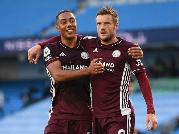 Jamie Vardy (oikealla) teki kolme maalia sunnuntaina Manchester Cityn verkkoon. Youri Tielemans (vas.) osui kertaalleen murskavoitossa.