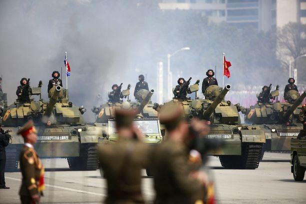 Sotilaita ja panssarivaunuja paraatissa.