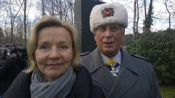Gustav Hägglund jääkärijuhlan tunnelmissa yhdessä Suomen Saksan-suurlähettilään Päivi Luostarisen kanssa.