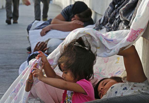 Guatemalasata ja Kuubasta saapuneet siirtolaiset odottavat pääsevänsä Yhdysvaltoihin Meksikon Matamorosista.