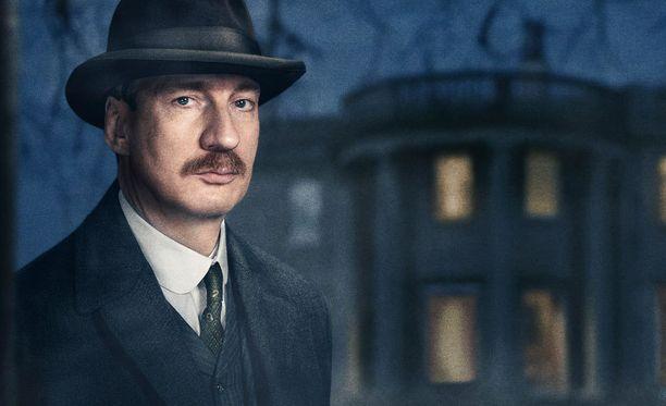 Tarkastajana nähtävä David Thewlis on tuttu muun muassa Harry Potter -elokuvista.