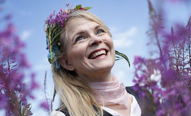 Runoilija Heli Laaksonen on onnellinen omassa pihapiirissään Rauman Lapissa.