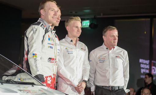 Toyota-pomo Tommi Mäkinen (oik.) ajattaa tallissa kolmea suomalaiskuskia eli Jari-Matti Latvalaa (vas.), Juho Hännistä ja Esapekka Lappia.