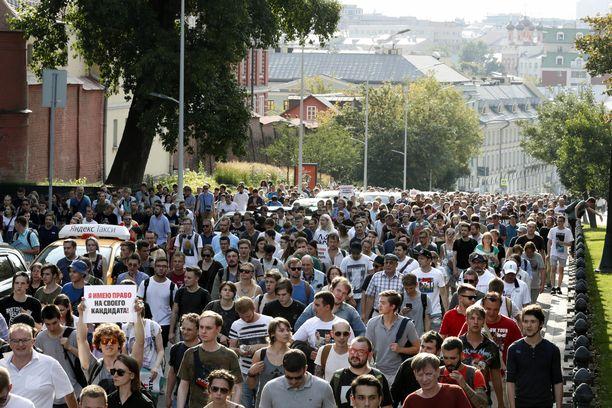 Mielenosoituksessa vaadittiin vapaita paikallisvaaleja Moskovassa.