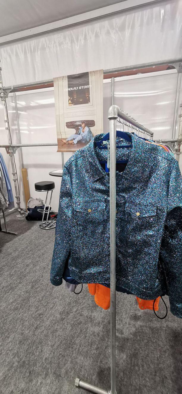 Kimallus on muoti- ja kauneusmaailma ihanuus ja piina. Glitter-tuotteet ovat usein täynnä pienen pientä mikromuovia, joka päätyy vaatteista käytön ja pesun myötä ympäristöön ja vesistöihin. Siihen ratkaisu on biohajoava glitter. Tässä tanskalaisen Nikolaj Storm -brändin kimallusrotsi.