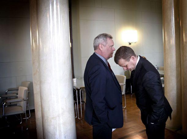 SDP:n puheenjohtaja Antti Rinne (vasemmalla) ja kokoomuksen puheenjohtaja Petteri Orpo kuvattuna viime viikolla eduskunnassa.