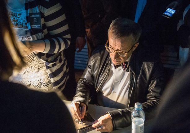 Toomas Hendrik Ilves jäi dj-settinsä jälkeen vielä jakamaan nimikirjoituksia.