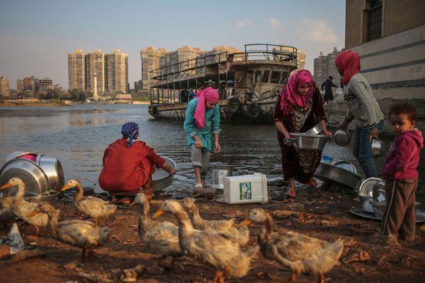 EGYPTI Naiset pesevät astioita Niili-joessa.