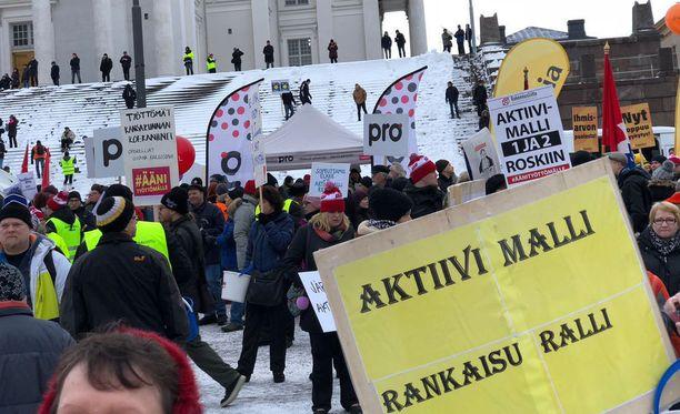 SAK järjesti aktiivimallia vastustavan poliittisen mielenilmauksen helmikuussa Helsingin Senaatintorilla.