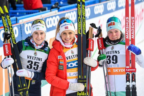 Ebba Andersson (vas.), Therese Johaug ja Krista Pärmäkoski muodostivat kolmen kärjen Lahdessa 29. helmikuuta. Suomalainen hävisi norjalaiselle vain 11 sekuntia.