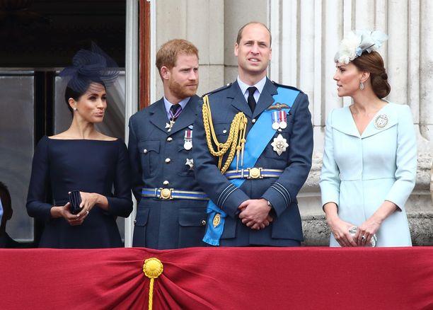 Meghan ja Harry (vas.) onnittelivat Williamia ja Katea viileistä väleistä huolimatta.