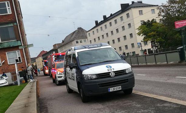 Pelastuslaitos tarkisti rakennuksen ja havaitsi kaasumaista aineitta. Koululla oli iltapäivällä useita pelastuslaitoksen ja poliisin autoja.