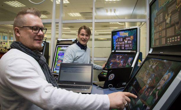 Peligraafikko Sakari Tiikkaja sekä Veikkauksen pelistudiopäällikkö Eero Pöyry tutkailivat suureen suosioon nousseen Emma-pelin ominaisuuksia.
