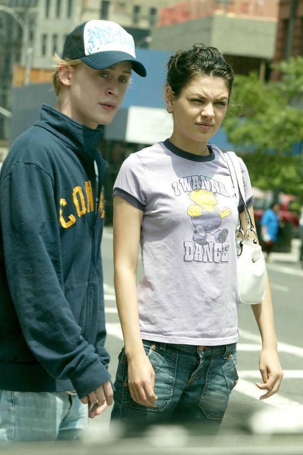 Mila Kunis seurusteli Macaulay Culkinin kanssa vuosina 2002-2010. Hän on aiemmin kertonut, ettei ex-lapsitähden kanssa seurusteleminen ollut aina yksinkertaista suosion takia. Fanit piirittivät idolinsa kadulla, eivätkä tienneet, miten olisivat suhtautuneet tähteen.