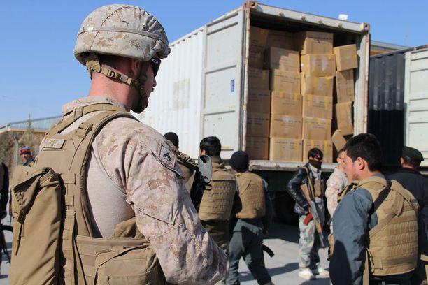 Yhdysvaltain presidentti Barack Obama päätti Afganistanin operaation Enduring freedom vuoden 2014 lopussa. Operaatiot saivat uuden nimen Freedom's sentinel heti vuoden 2015 alussa. Kuvan amerikkalaissotilas on jakamassa avustustarvikkeita afgaaniperheille.