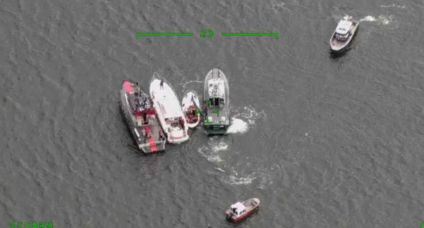 Onnettomuusveneet pelastusyksiköiden välissä Merivartioston julkaisemassa kuvassa.