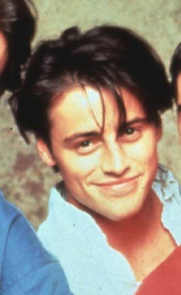 Joey-hahmossa on tukkaa myöten jotain samaa kuin Dylanissa. Tällaisessa tukassa Joye nähtiin ysärin puolivälissä.