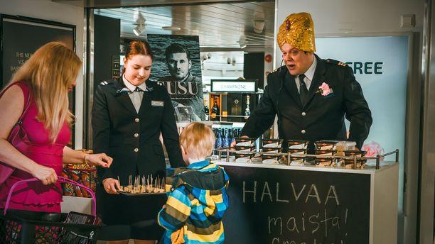 Jokapaikanhöylä, risteilyisäntä Jokke toimi sarjassa myös halvan maistattajana Tax free -myymälässä.