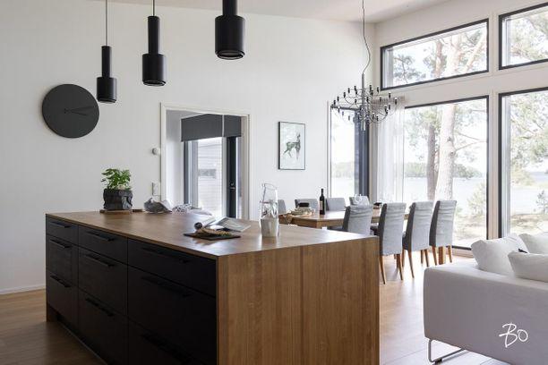 Viimeisen päälle nykyaikaista!  Moderni merenrantakiinteistö sijaitsee Rymättylän Röölässä. Isot ikkunat ja vaaleat pinnat tekevät kodista valoisan. 138 neliöisen kodin hintalappu on 1,3 miljoonaa.