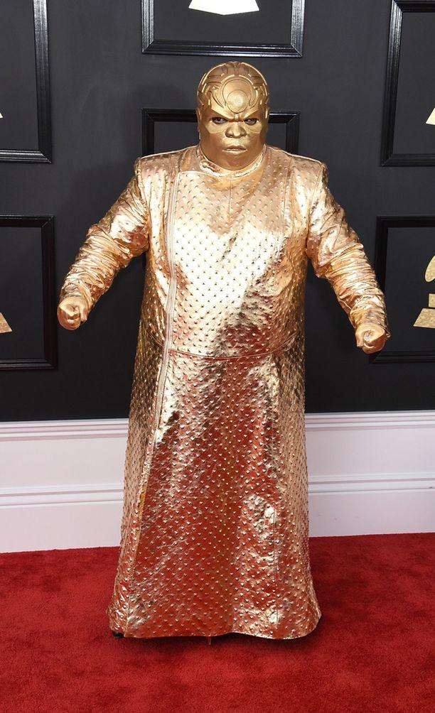 Cee Lo Green pukeutui kultaiseen kaapuun.