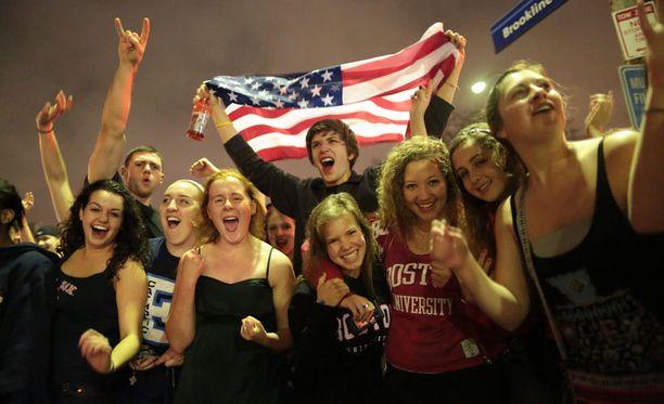 Nuoret juhlivat Bostonissa kuultuaan, että epäilty tekijä on saatu kiinni.