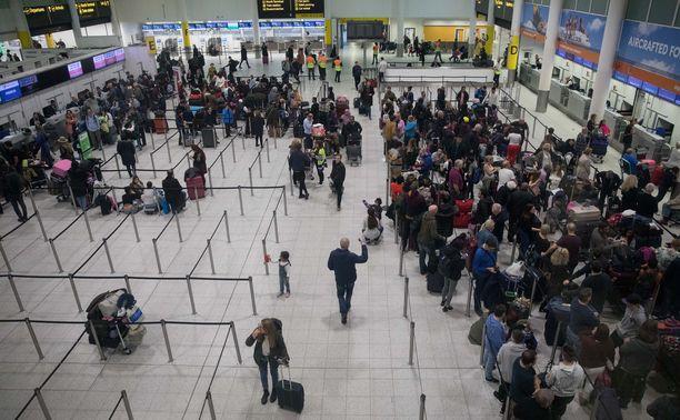 Monen joululoma meni pipariksi lentokenttäkaaoksen takia. Kuva Gatwickin asemalta perjantailta.