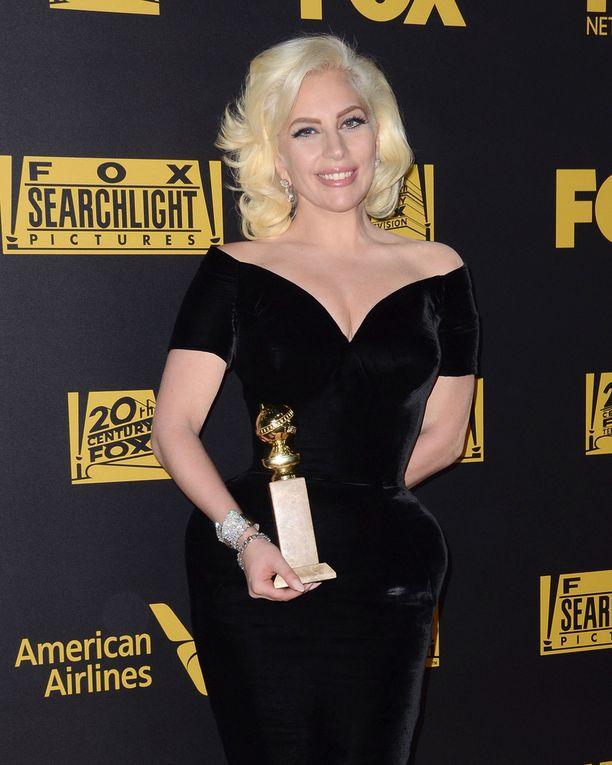 Kultaisen maapallon voittanut laulaja-näyttelijä Lady Gaga jaksoi hymyillä voiton jälkeen.